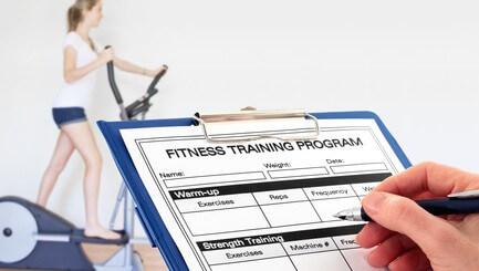 Trainingsplan zum Muskelaufbau und Abnehmen im Fitnessstudio