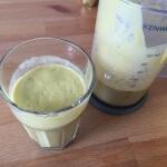 Avocado Mango Bananen Smoothie im Glas 2