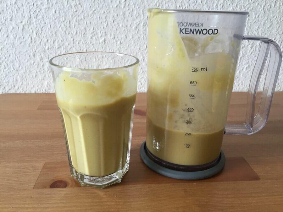 Avocado Mango Bananen Smoothie im Glas