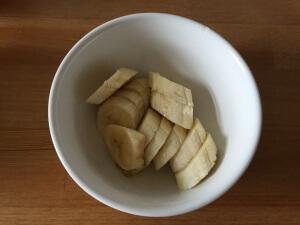 Banane schälen und schneiden