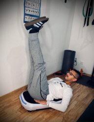 Bauch Übung Knee Tucks Beinheben mit Vibrationsplatte