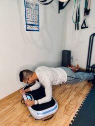 Bauch Übung Plank mit Vibrationsplatte