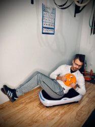 Bauch Übung Russian Twist mit Hantelscheibe mit Vibrationsplatte
