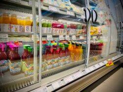 Große Auswahl an Smoothies im Supermarkt/Kühlregal