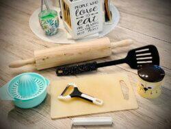 Küchenutensilien-Küchenhelfer-Schneidebrett-Eieruhr-Zitruspresse-Pfannenwender